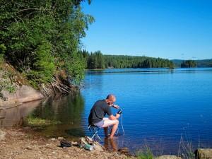 Paul filtert Wasser in Schweden