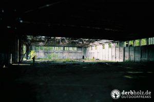 Hangar Innenansicht im Dunkeln