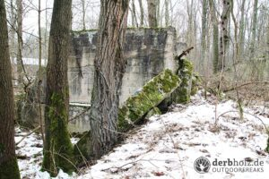 Derbholz MUNA Bunker Wolfsruh Ruinen Trümmer mit Moos imSchnee