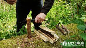 Wolfgangs AMBULO Messer beim Holz spalten