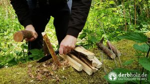 Wolfgangs AMBULO Messer beim Holz spalten Feuerholz