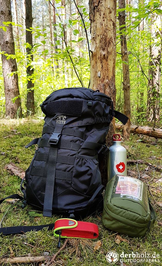 ReRe's Alltagsausrüstung angelehnt an Baum