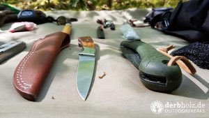 Bushcraft Set Ausrüstung auf Plane Messer und Säge