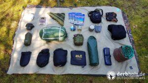 Derbholz Solo Camping Outdoor Ausrüstung auf Plane