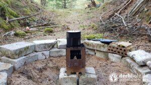Lagerplatz Feuerstelle mit Kocher und Becher